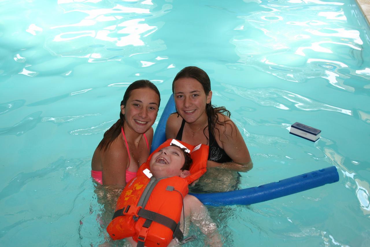 9 ans, A la piscine avec ses soeurs