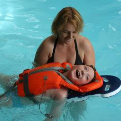 9 ans , a la piscine avec maman