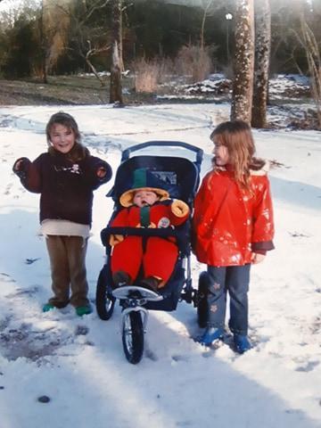 Alex poussette et les filles neige